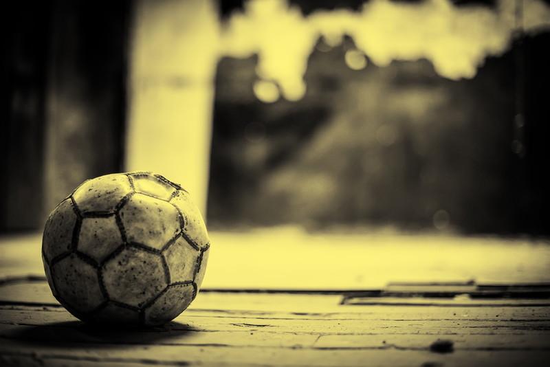 ボロボロのサッカーボール